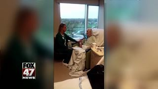 Nurse sings to ailing hospice patient